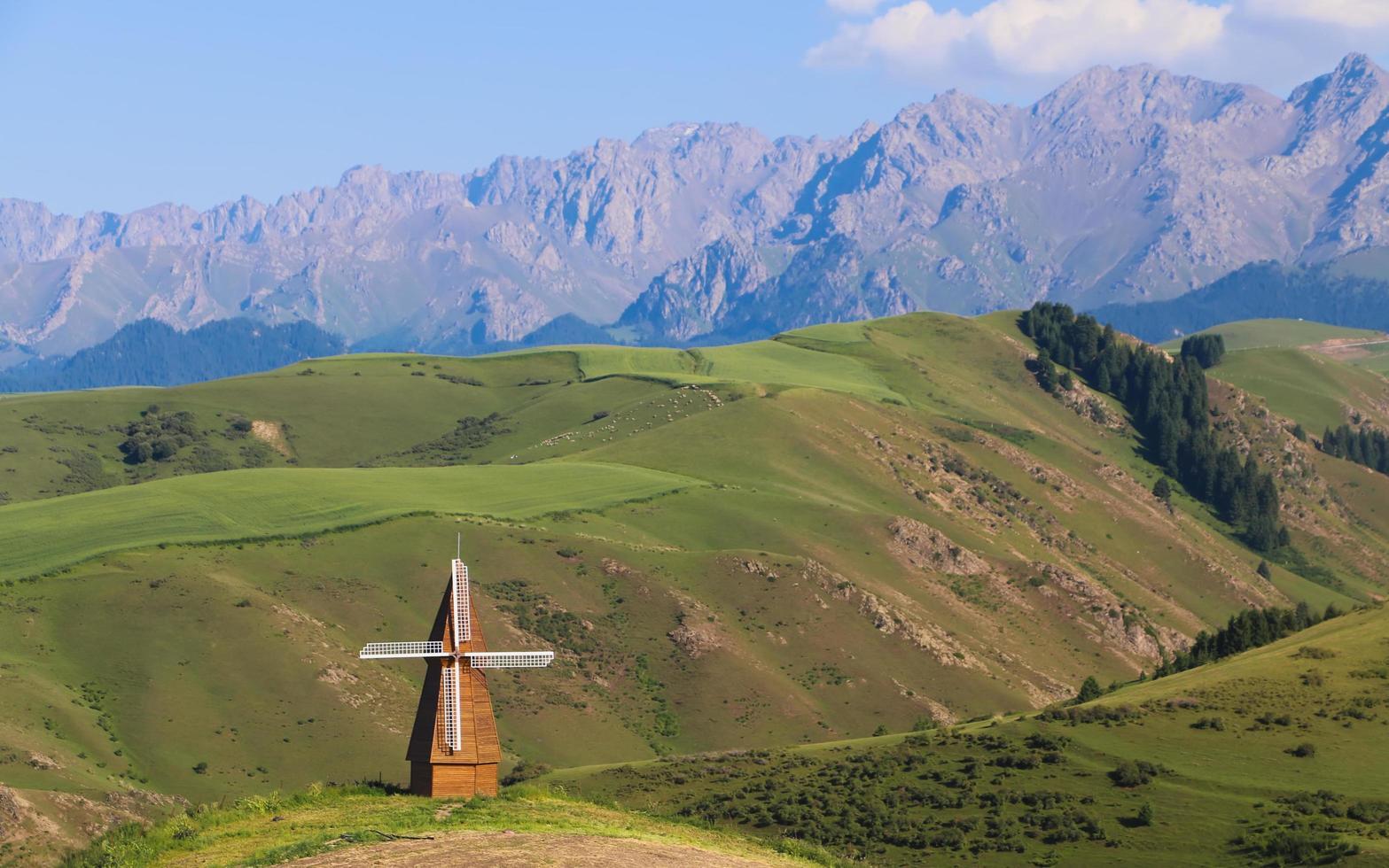 Windmühle mitten auf einem Feld foto