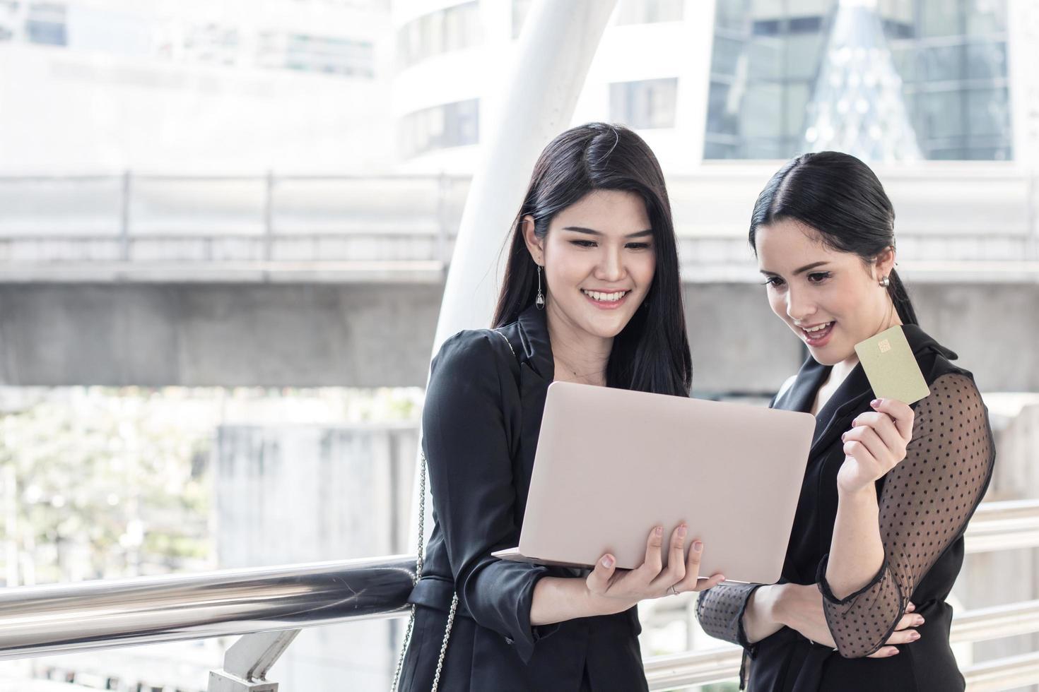 zwei Geschäftsfrauen, die online einkaufen foto