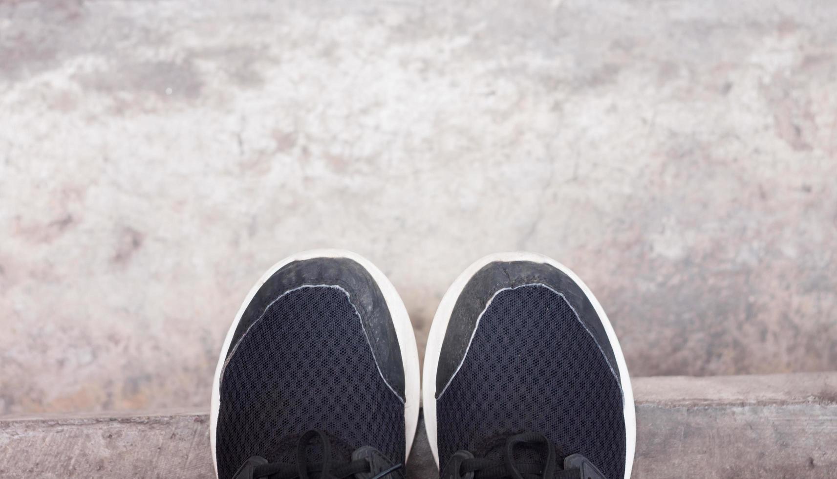 Draufsicht auf lässige schwarze Schuhe foto