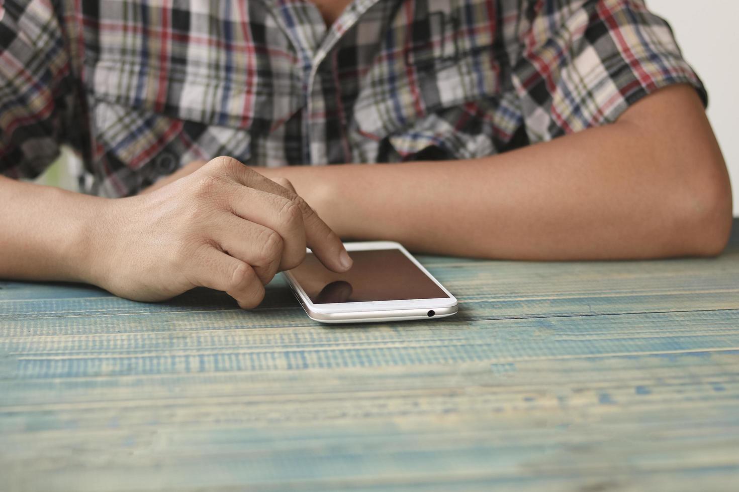 Nahaufnahme der Person, die Smartphone-Bildschirm berührt foto