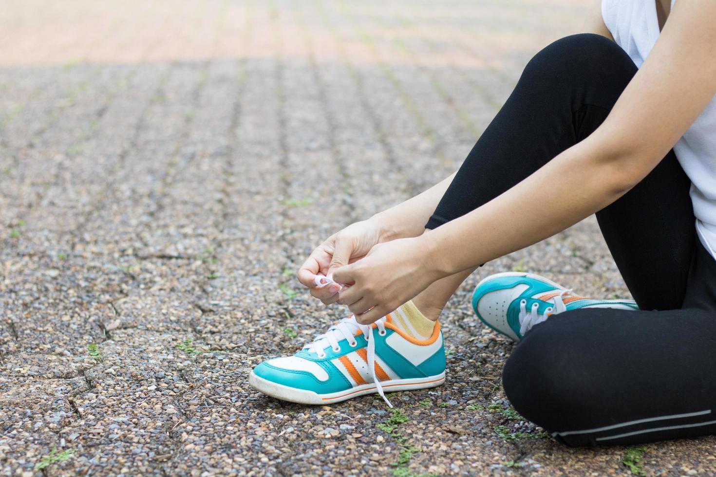 Nahaufnahme der Läufer, die Schuhe binden foto