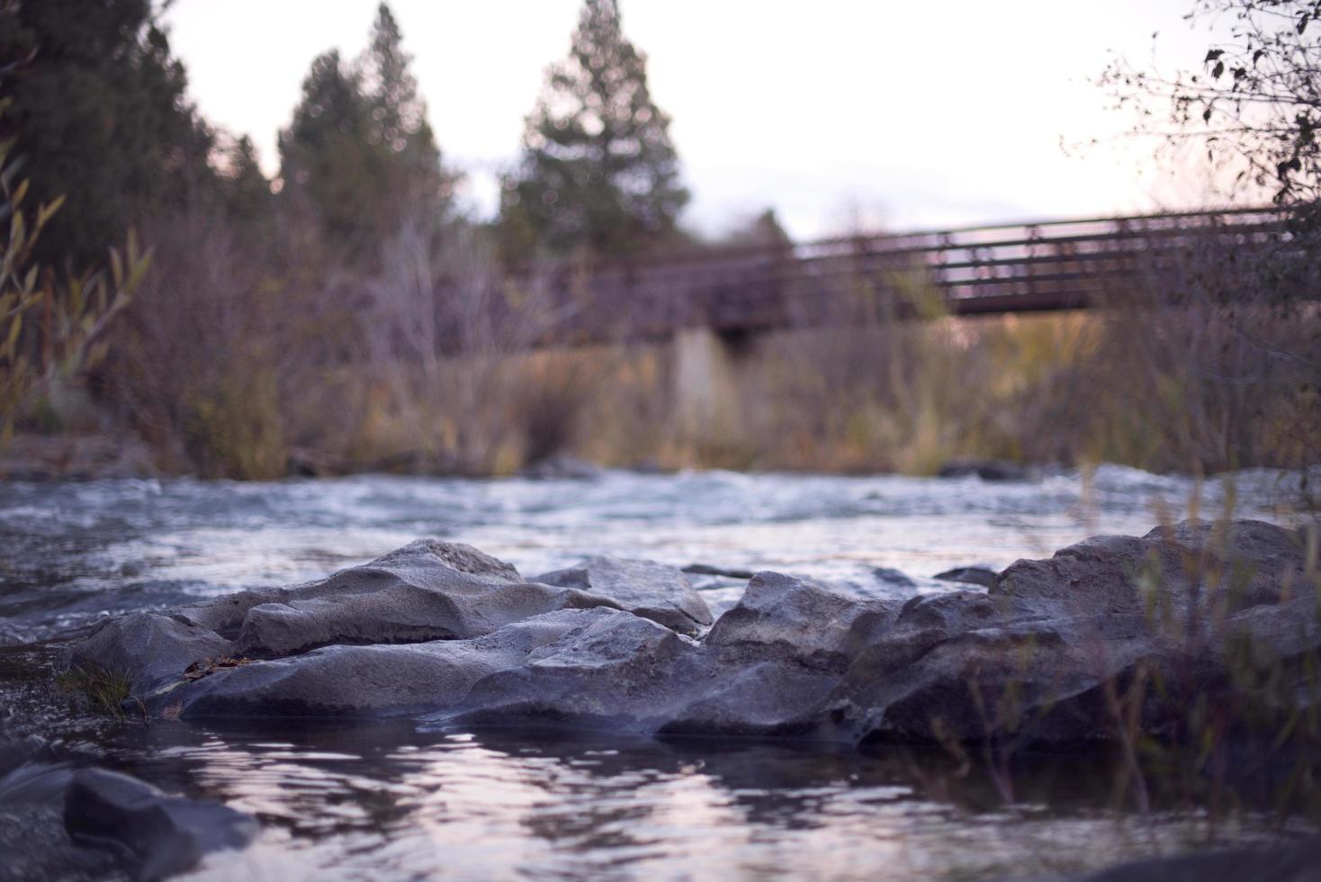 Brücke über den Fluss foto