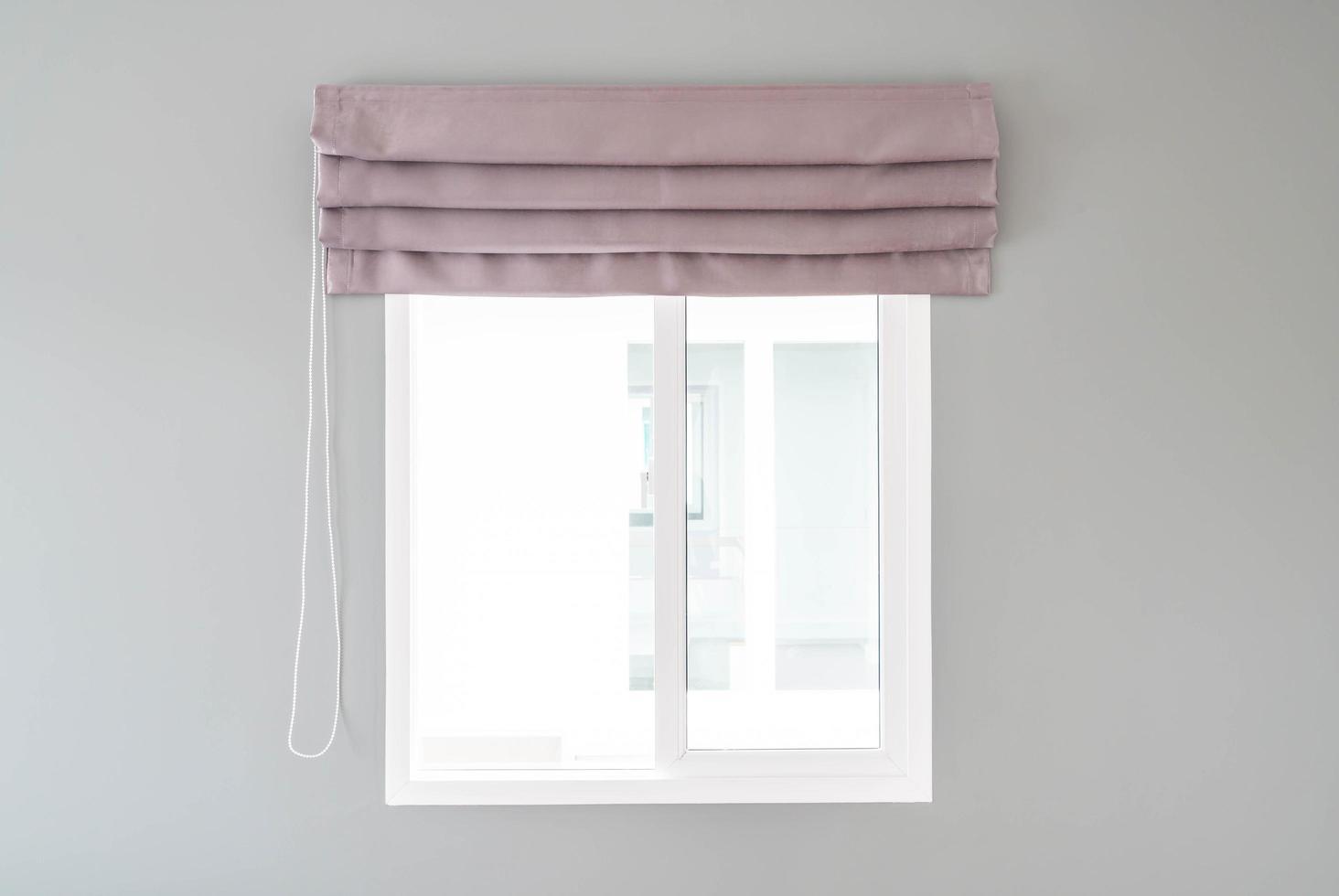 Vorhang offen auf Fenster mit Sonnenlicht foto