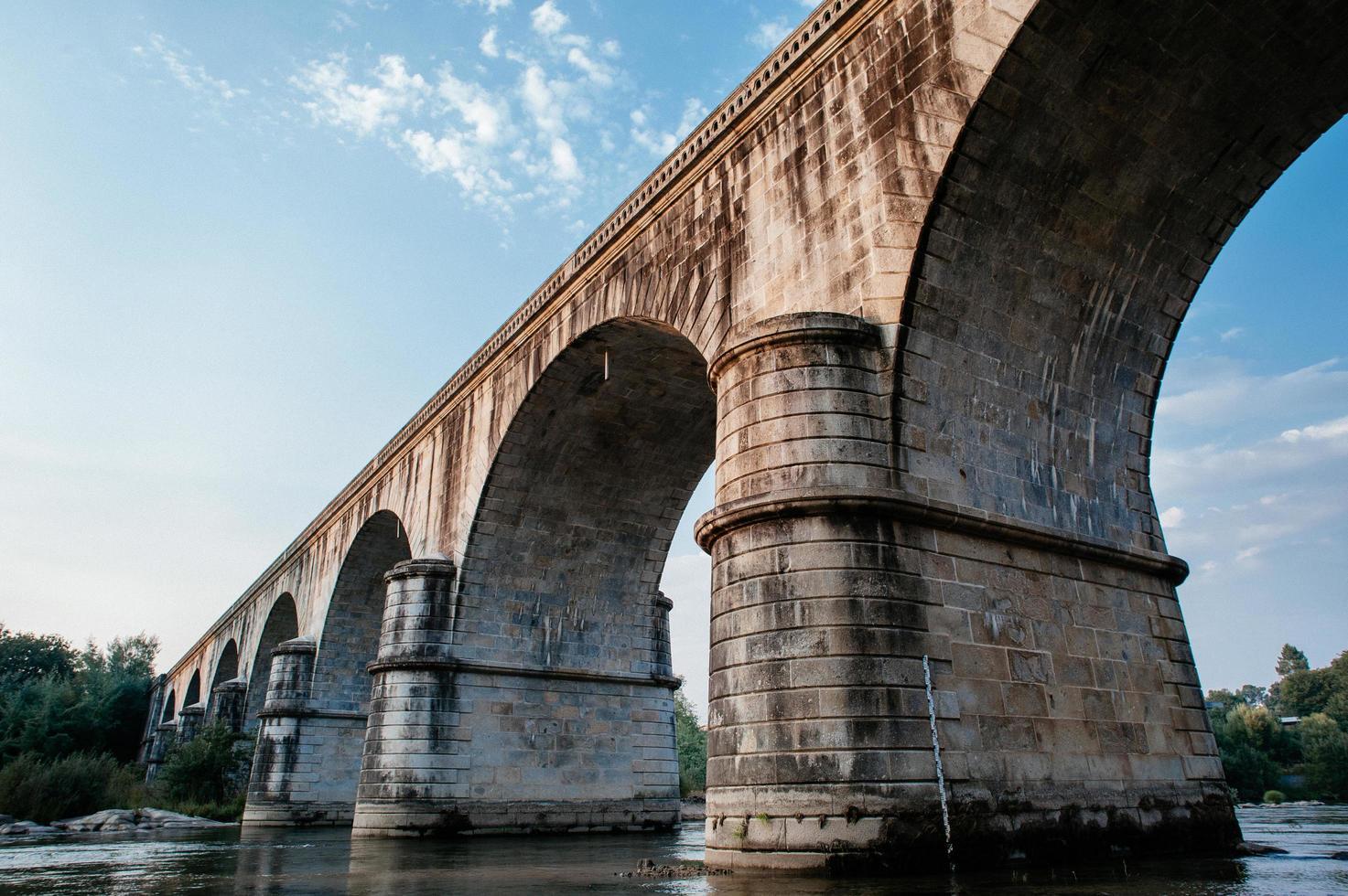 braune Betonbrücke foto