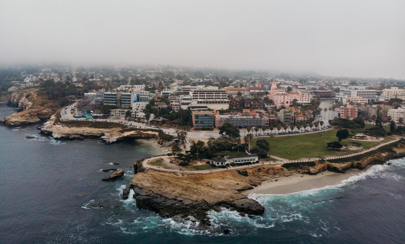 Luftaufnahmen von Küstengebäuden foto
