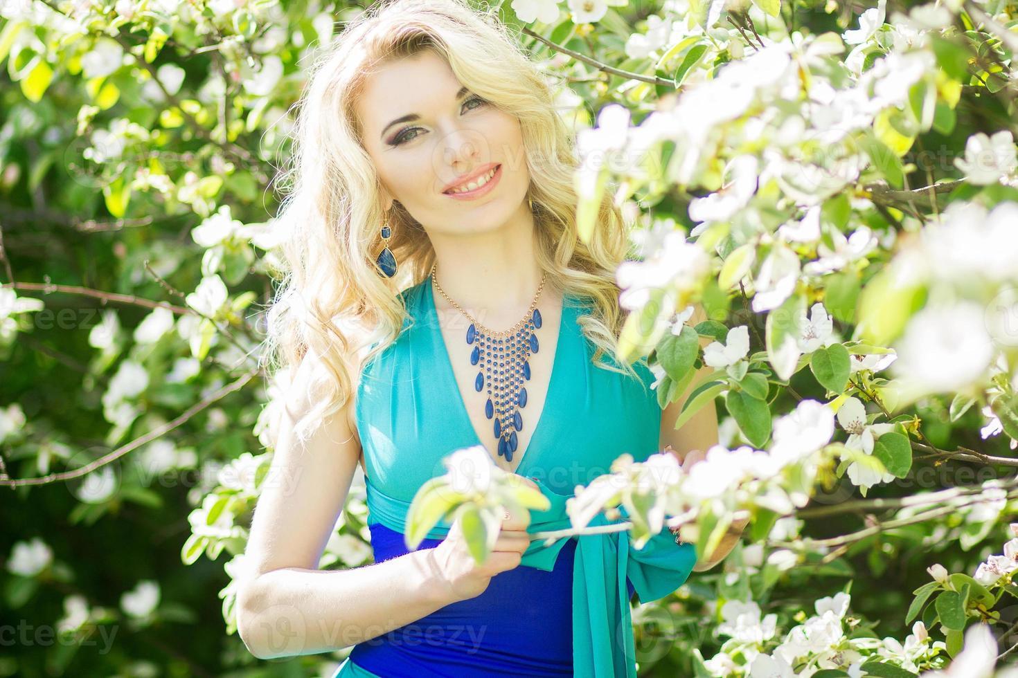 Porträt einer schönen jungen blonden Frau foto