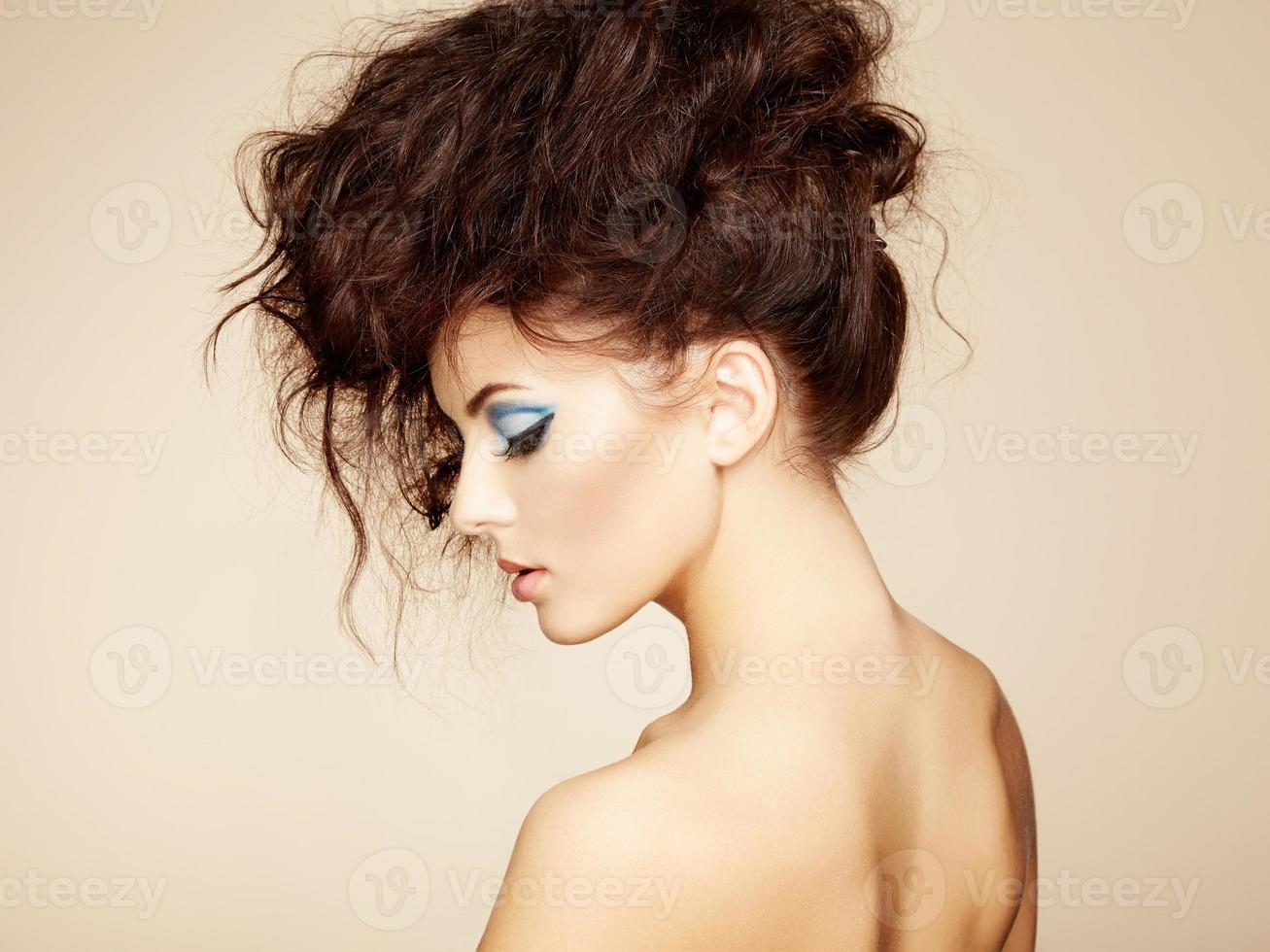 Porträt der schönen sinnlichen Frau mit eleganter Frisur. pro foto