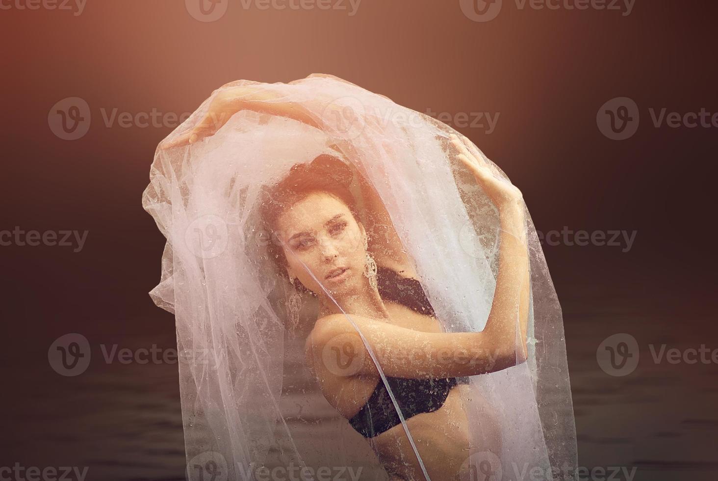 geheimnisvolles und modisches Porträt einer sinnlichen Frau mit Schleierabdeckung foto