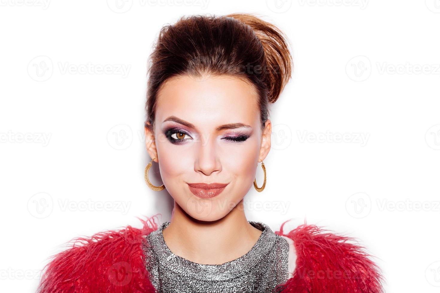 Mode Schönheit Frau Porträt. stilvoller Haarschnitt und Make-up foto