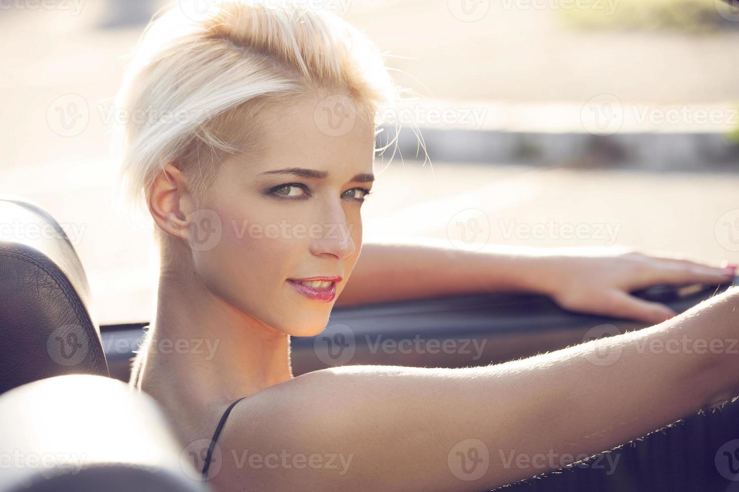 blonde Frau im Cabrio foto