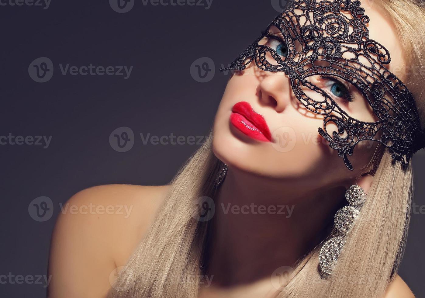 wunderschöne Frau in Karnevalsmaske foto