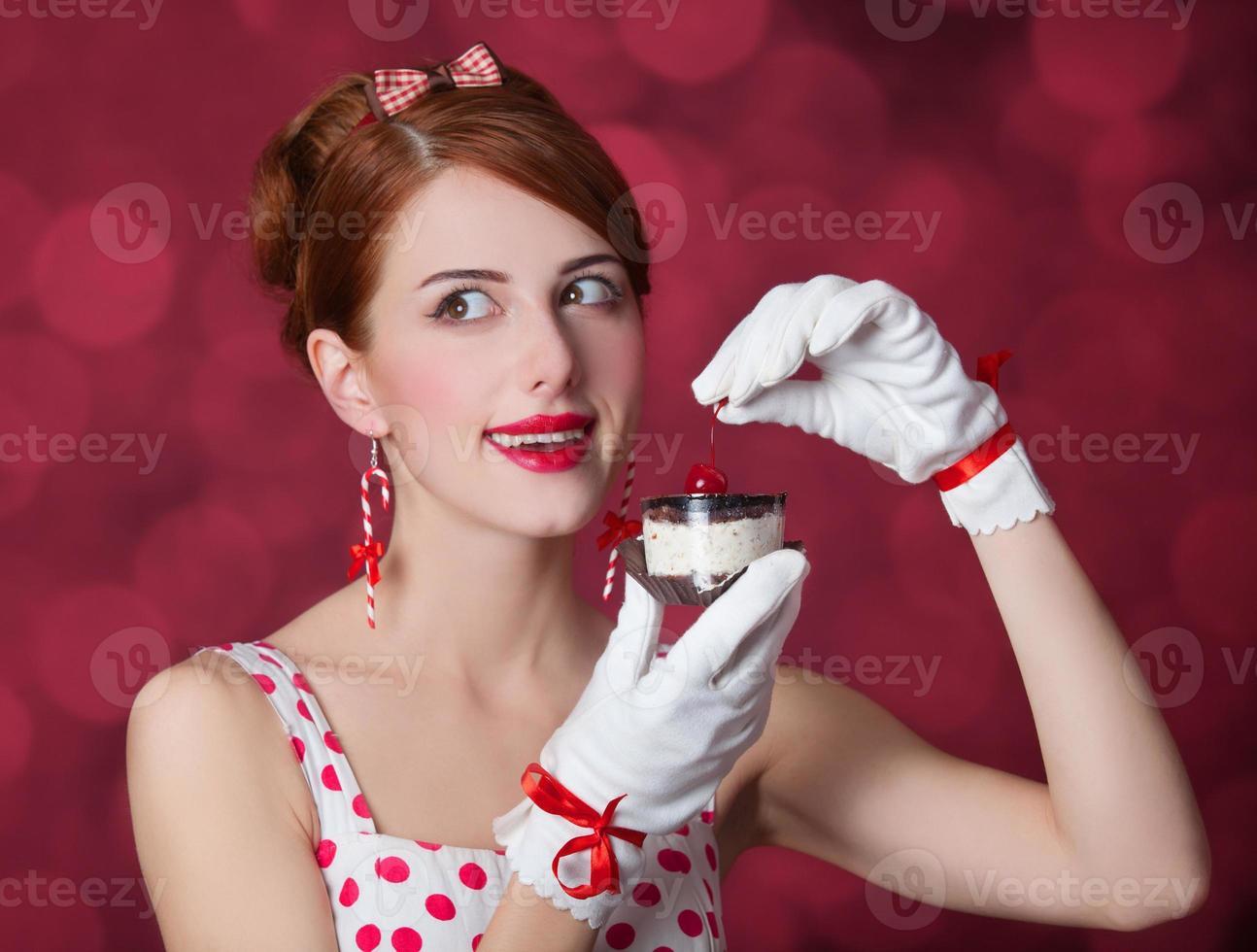 schöne rothaarige Frauen mit Süßigkeiten. foto
