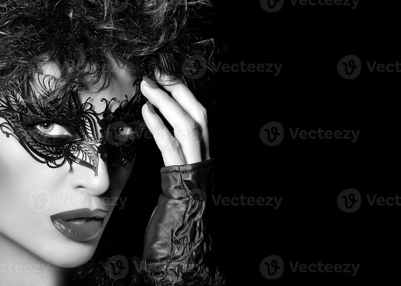 Maskerade. High Fashion Porträt der mysteriösen Frau mit Schwarz foto