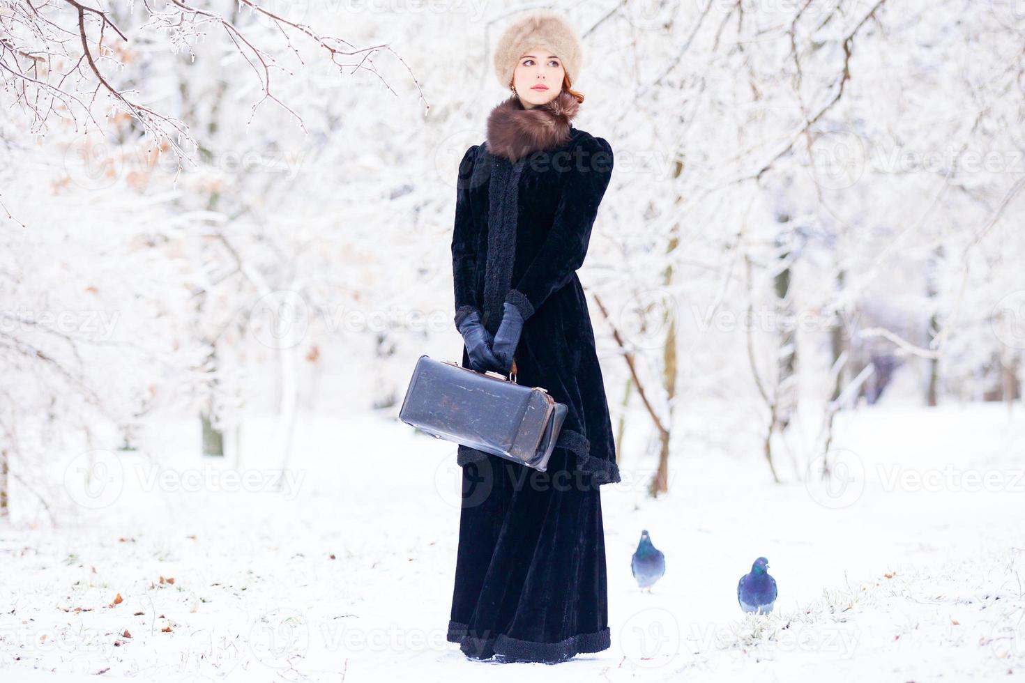 schöne rothaarige Frauen mit Koffer foto