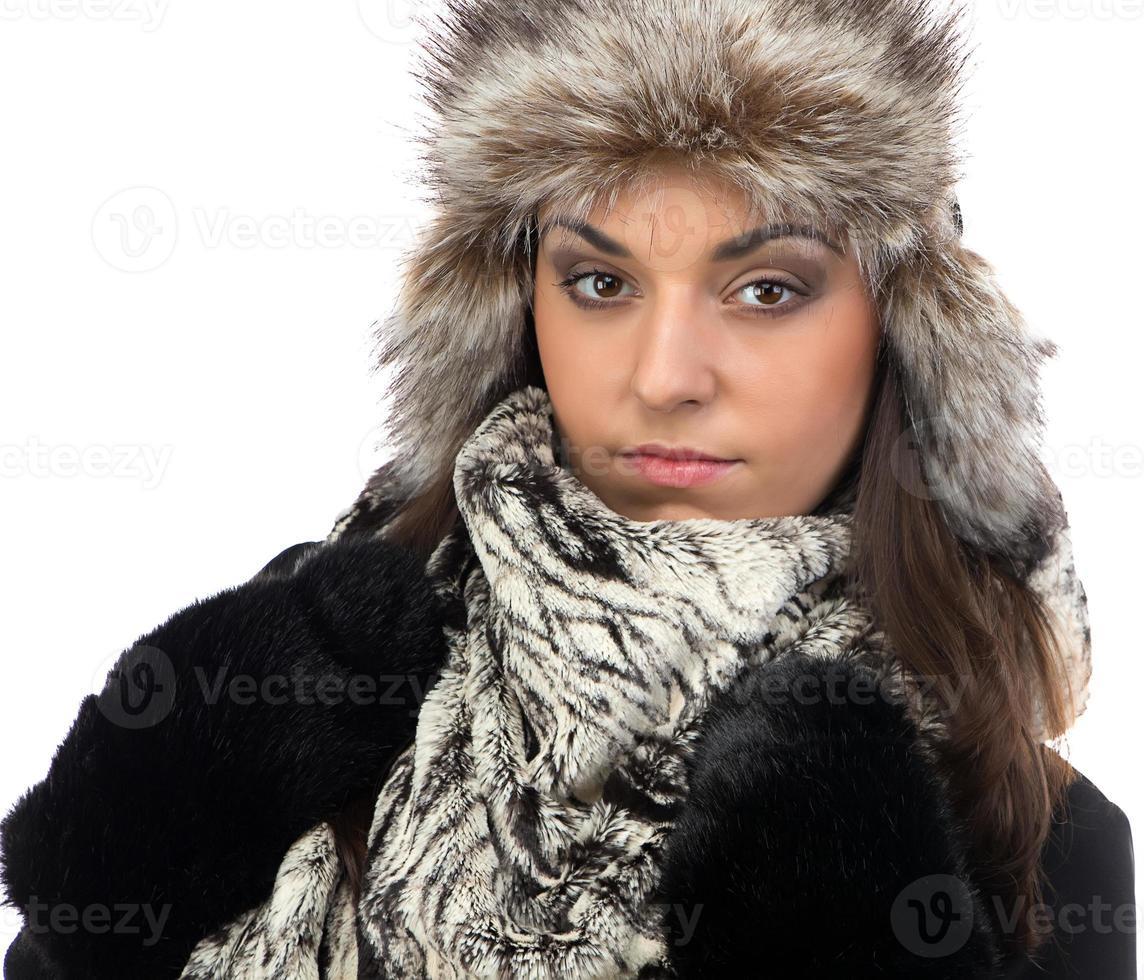 Porträt der jungen Frau in der Pelzmütze foto