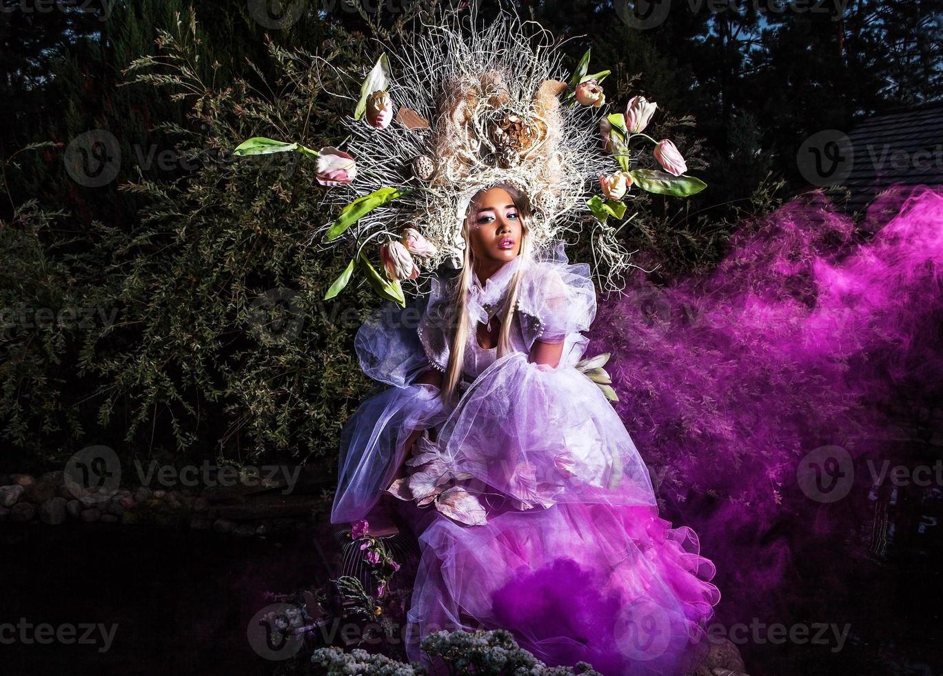 Modebild des sinnlichen Mädchens in der hellen Fantasie-Stilisierung. foto