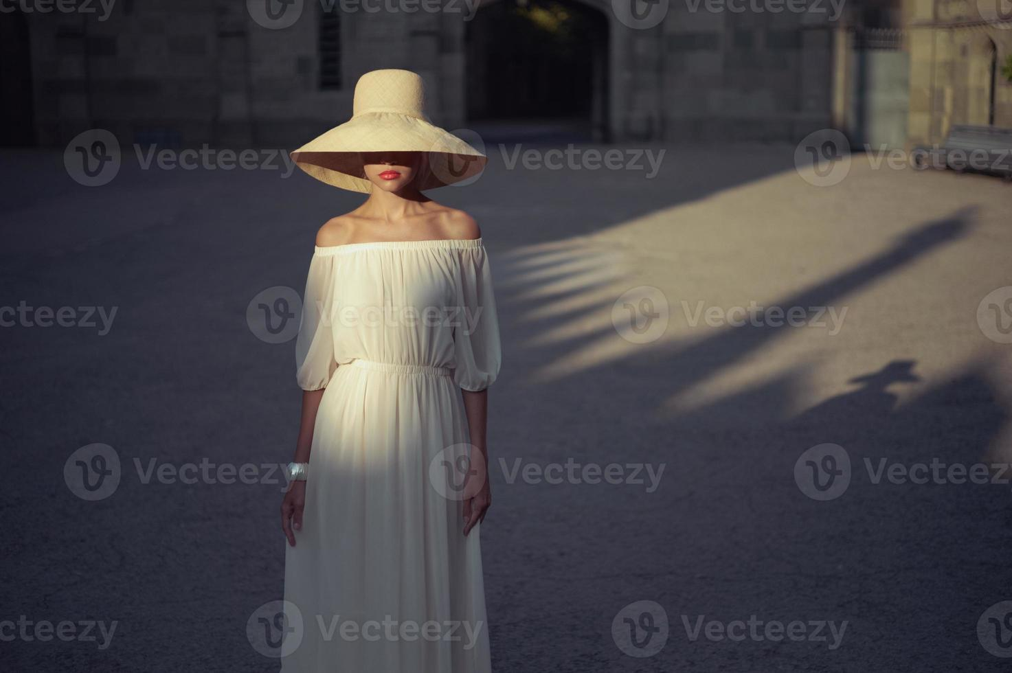 hübsche Frau im Strohhut foto