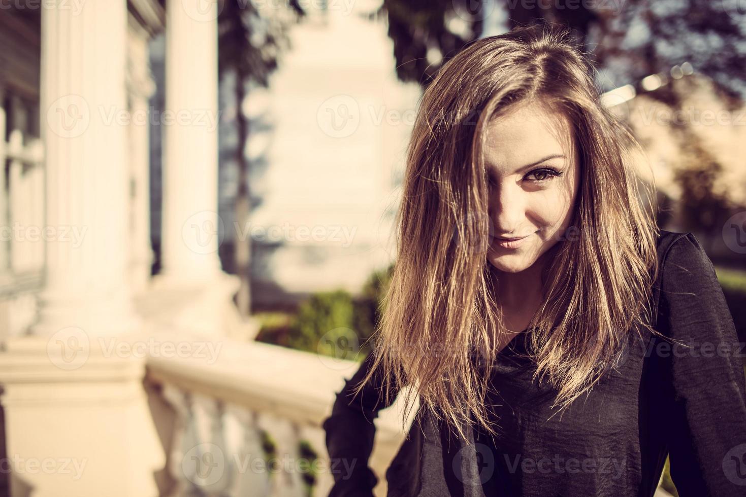 sonniges Porträt der hübschen Frau der jungen Mode im Freien im Herbst. foto