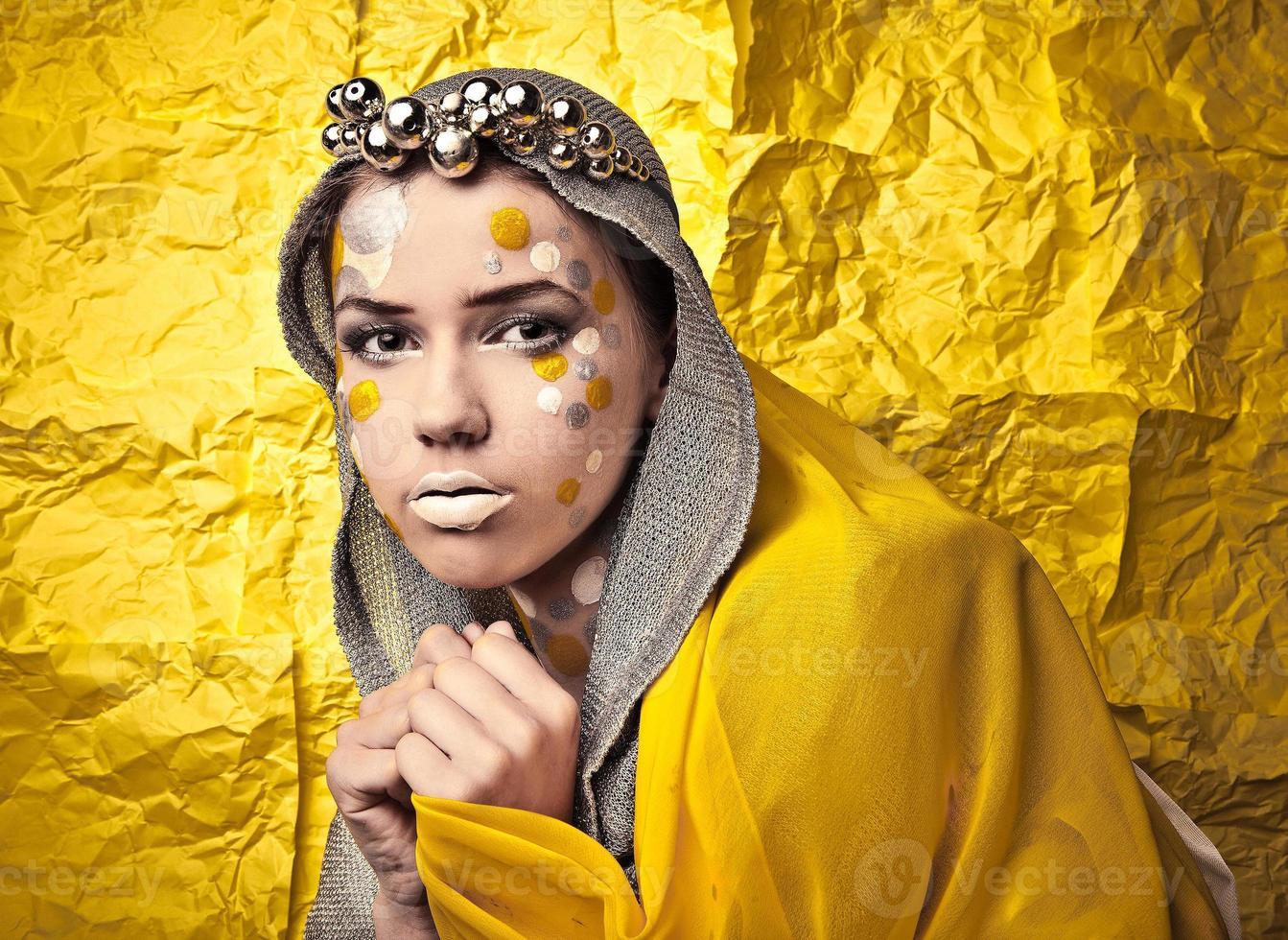 Mode schöne Frau über Grunge gelben Hintergrund. foto