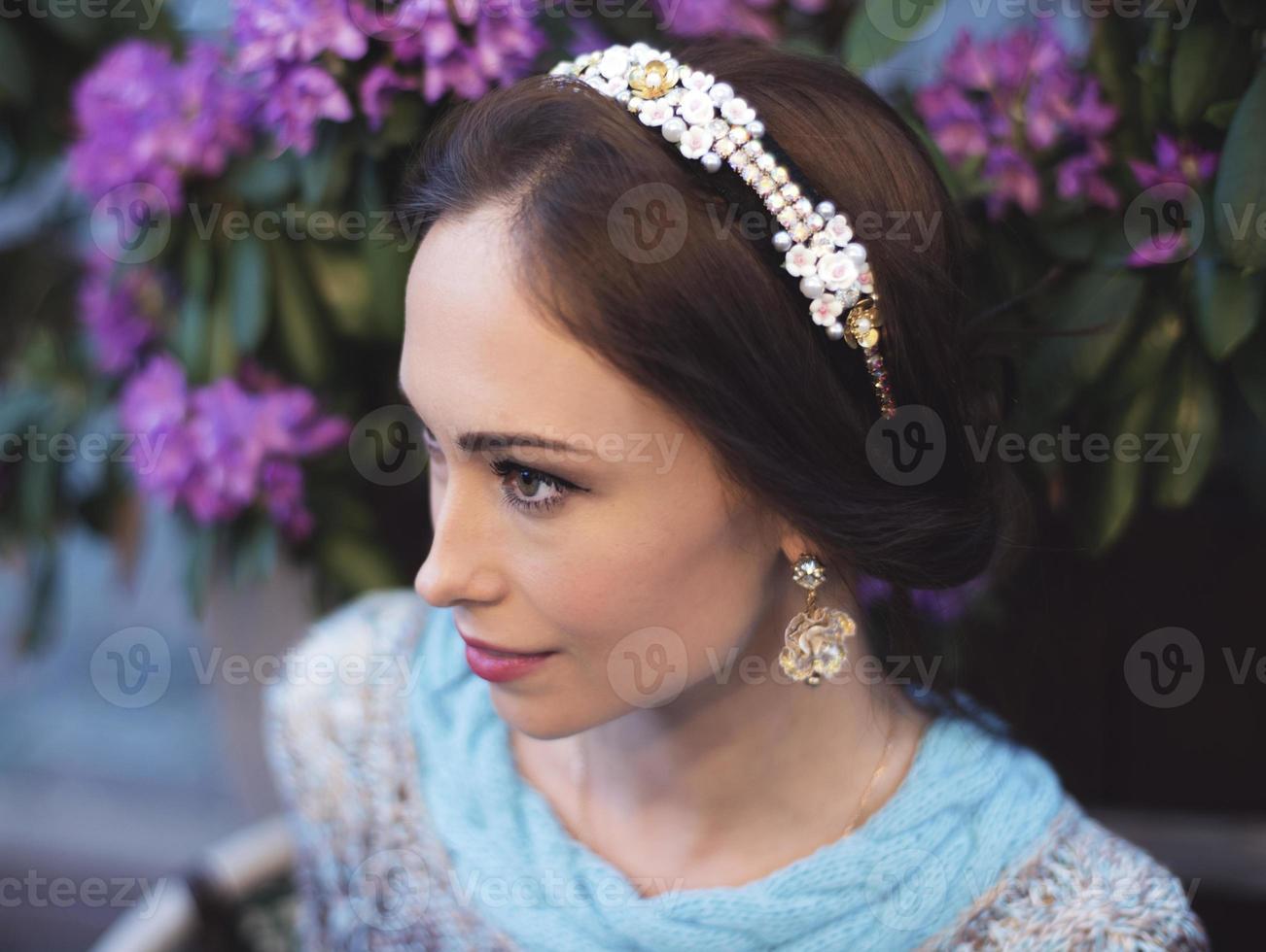 Porträt der Vintagen Frau mit einem Stirnband foto