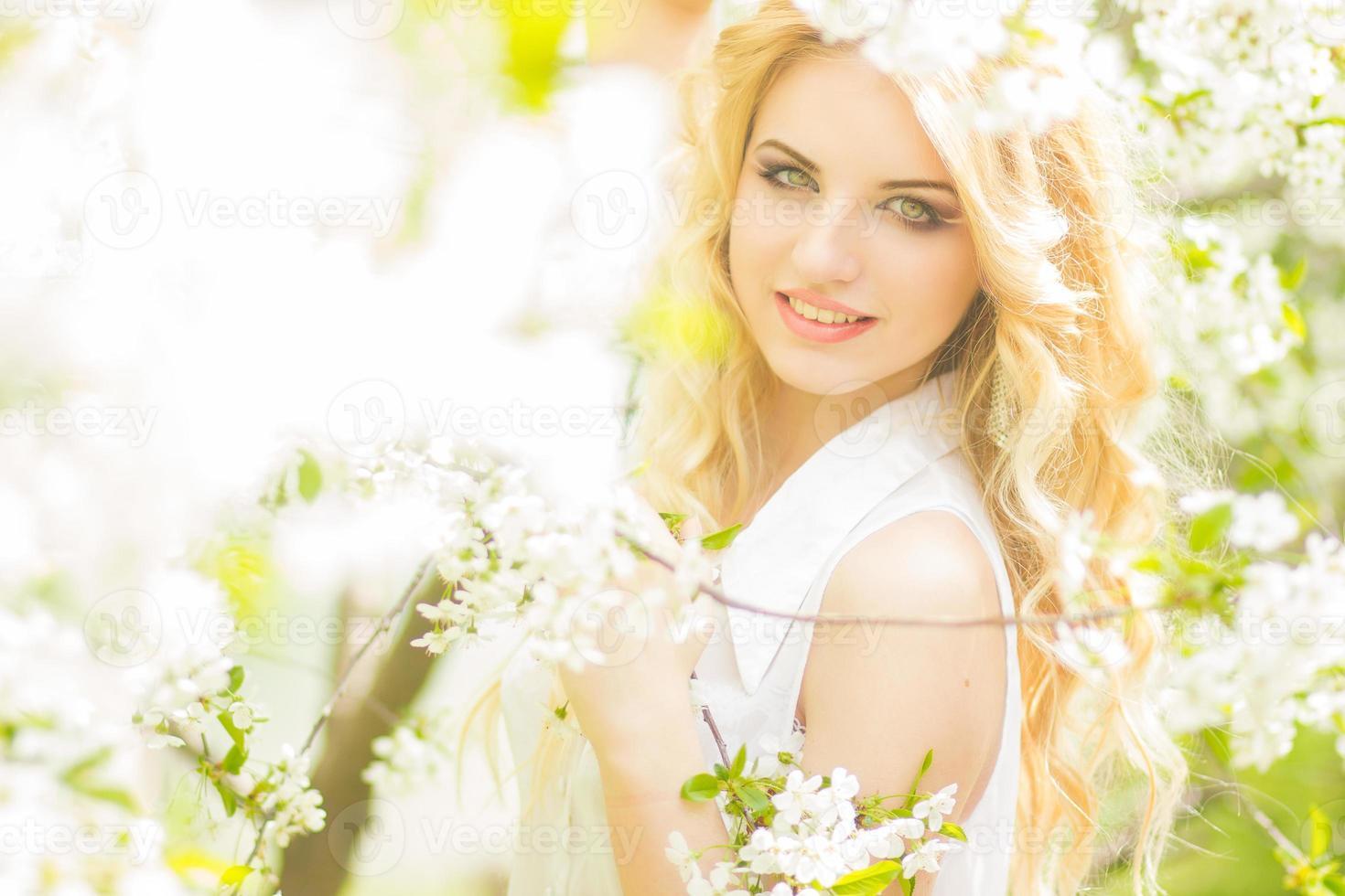 Frühlingsporträt einer schönen jungen Blondine foto