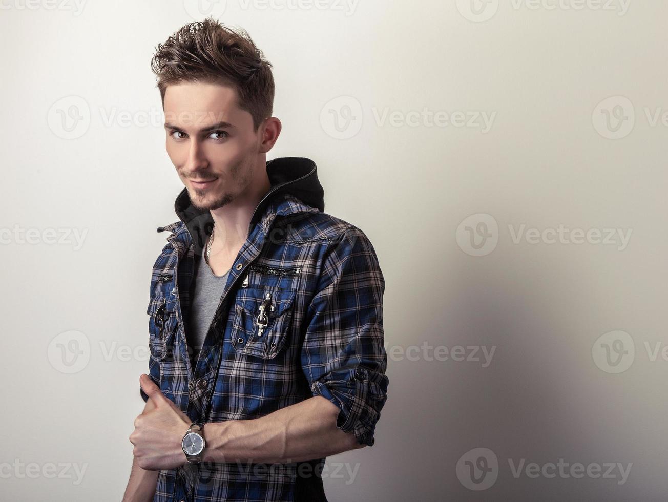 Mann in stilvoller dunkelblauer Jacke. foto