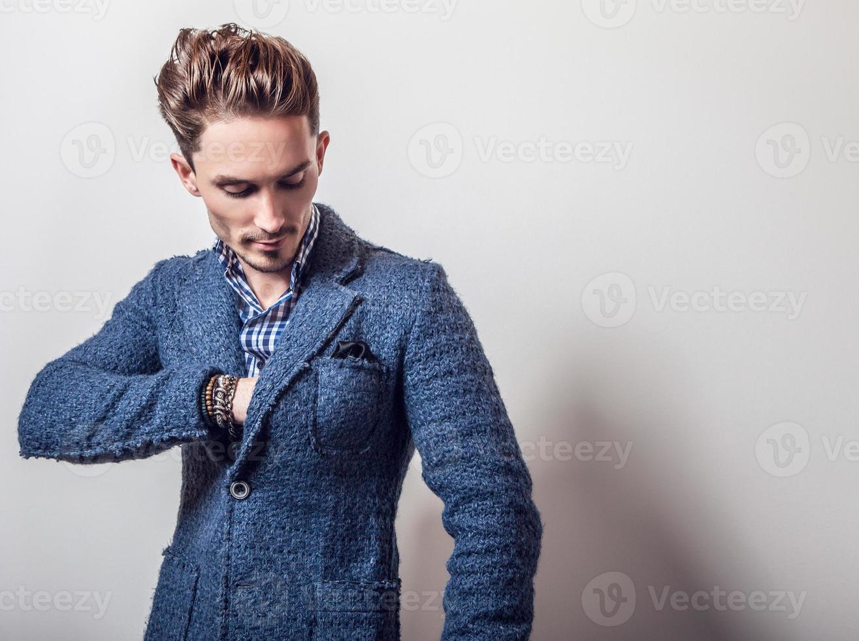 eleganter junger hübscher Mann in der stilvollen blauen Jacke. foto