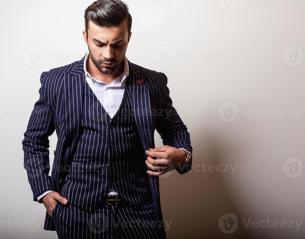 eleganter junger hübscher Mann im klassischen dunkelblauen Kostüm. foto