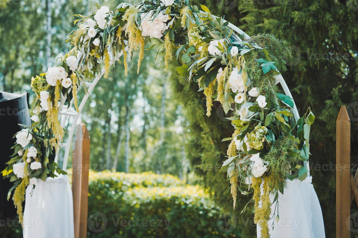 Hochzeitsbogen aus Blumen foto