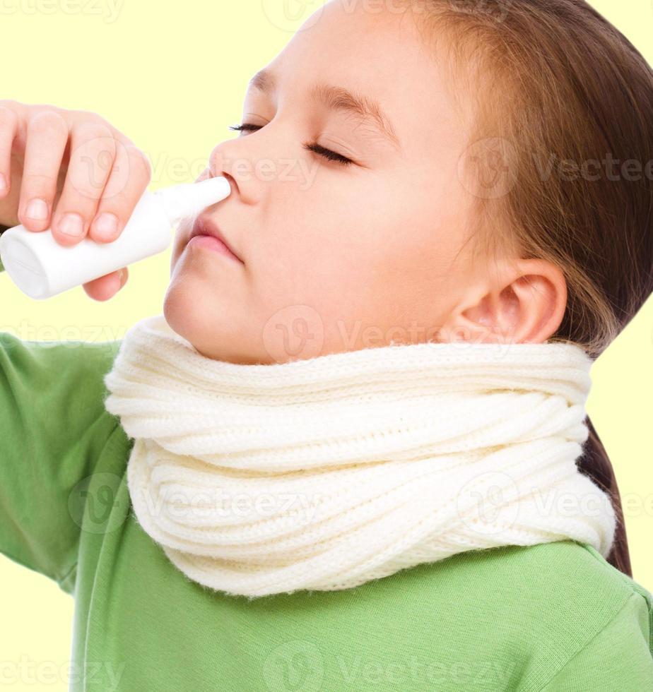 Mädchen putzt sich die Nase foto