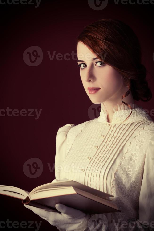 schöne rothaarige Frauen mit Buch foto