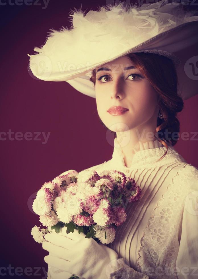 schöne rothaarige Frauen mit Blumenstrauß foto