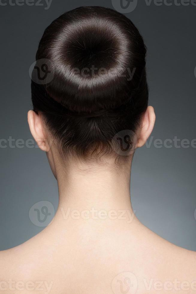 Brünette mit eleganter Frisur foto