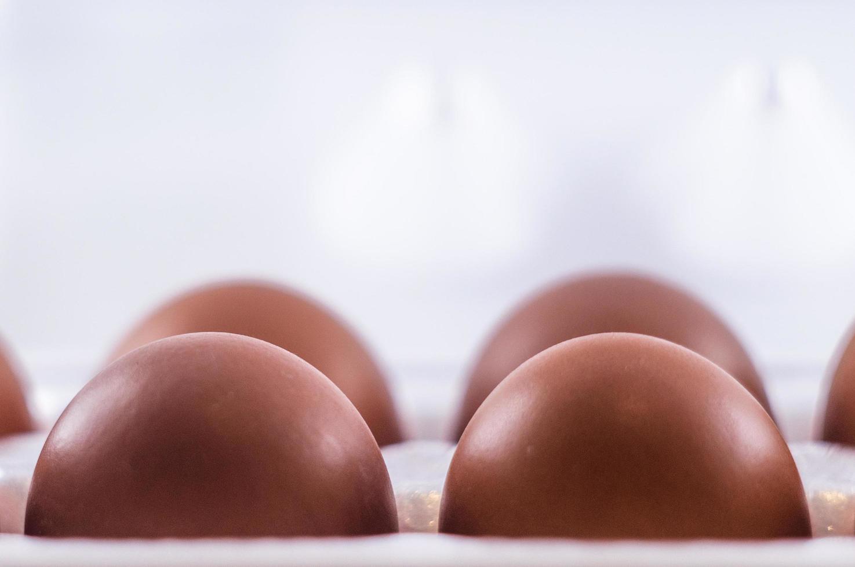 vier Eier in einer Packung foto