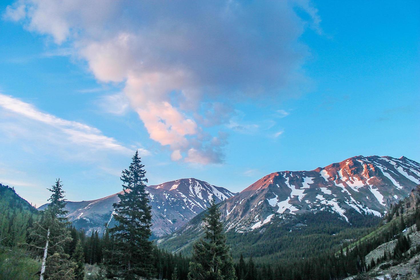 weiße schneebedeckte Berge im Horizont foto