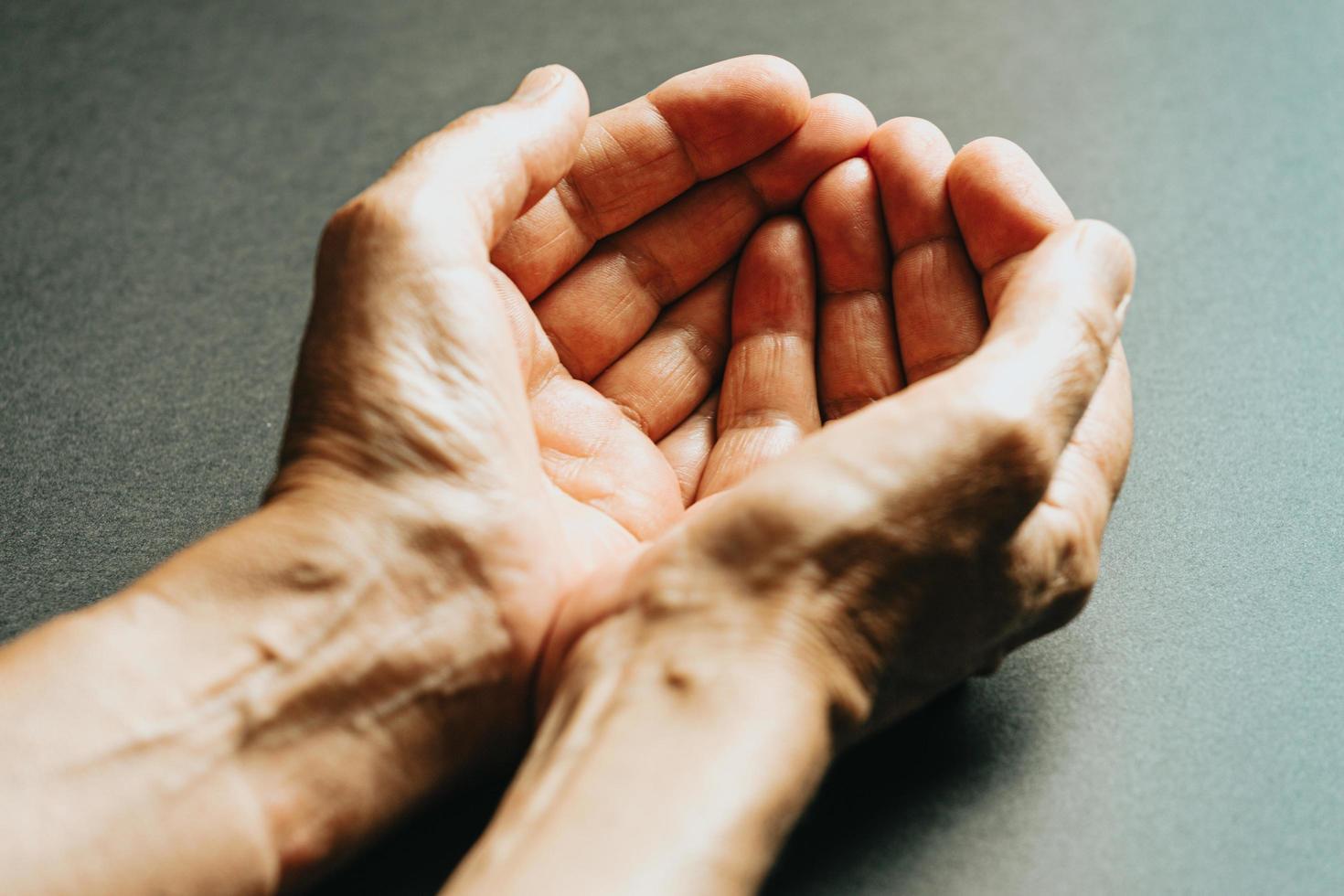 zwei Hände warten offen foto