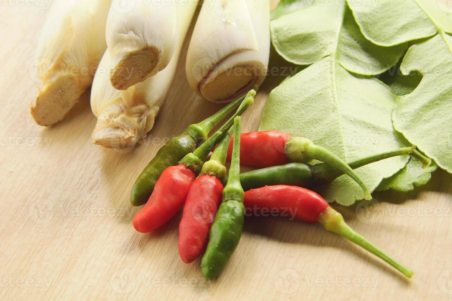Zitronengras, Bergamottenblatt und frische Chilis foto