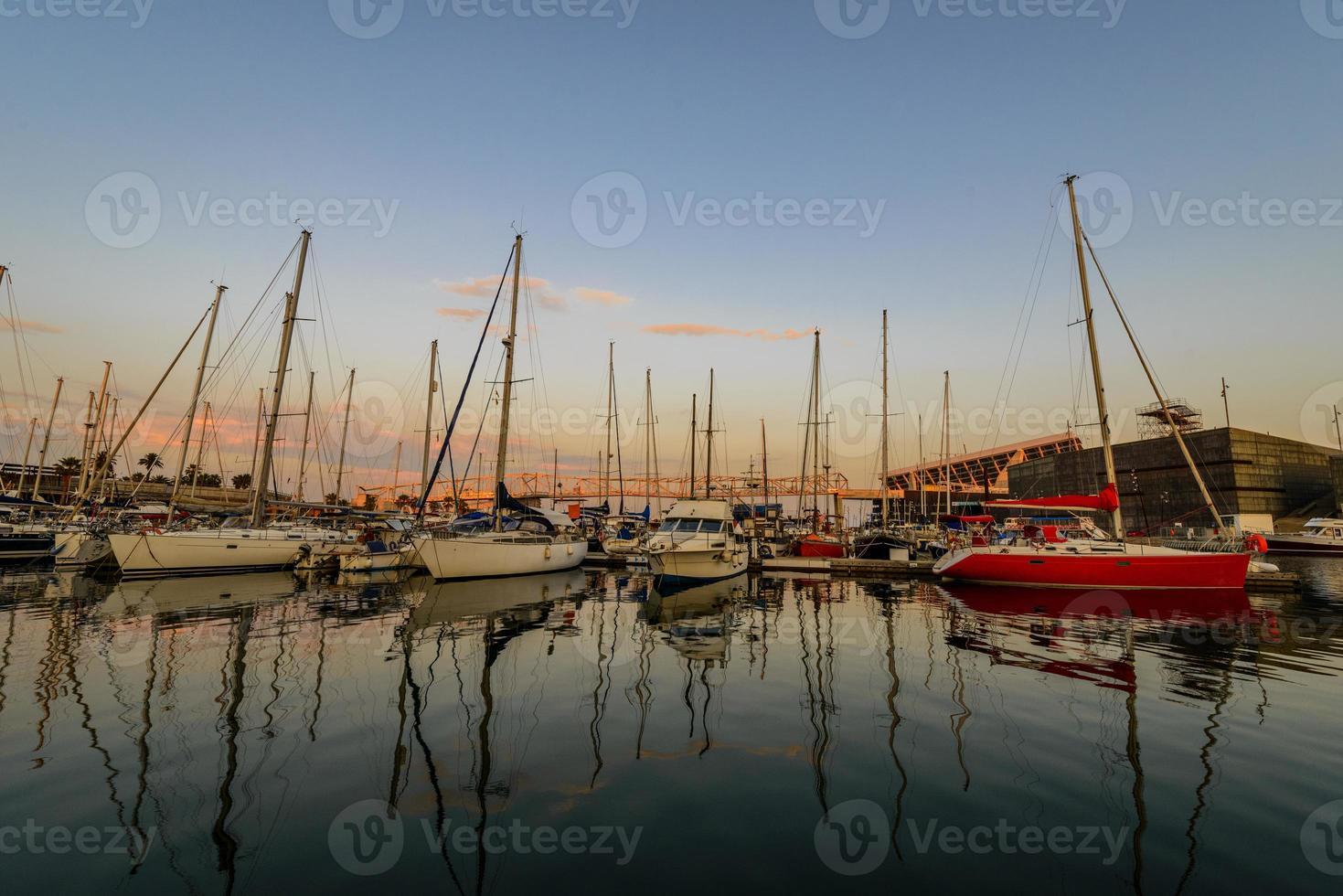 Meeresbucht mit Yachten bei Sonnenuntergang foto