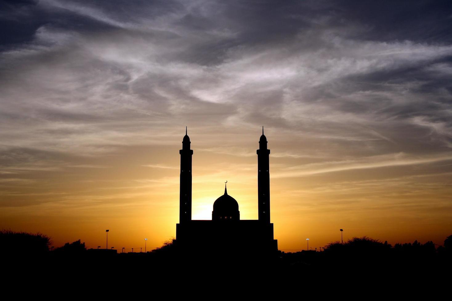 Silhouette der Moschee unter bewölktem Himmel foto