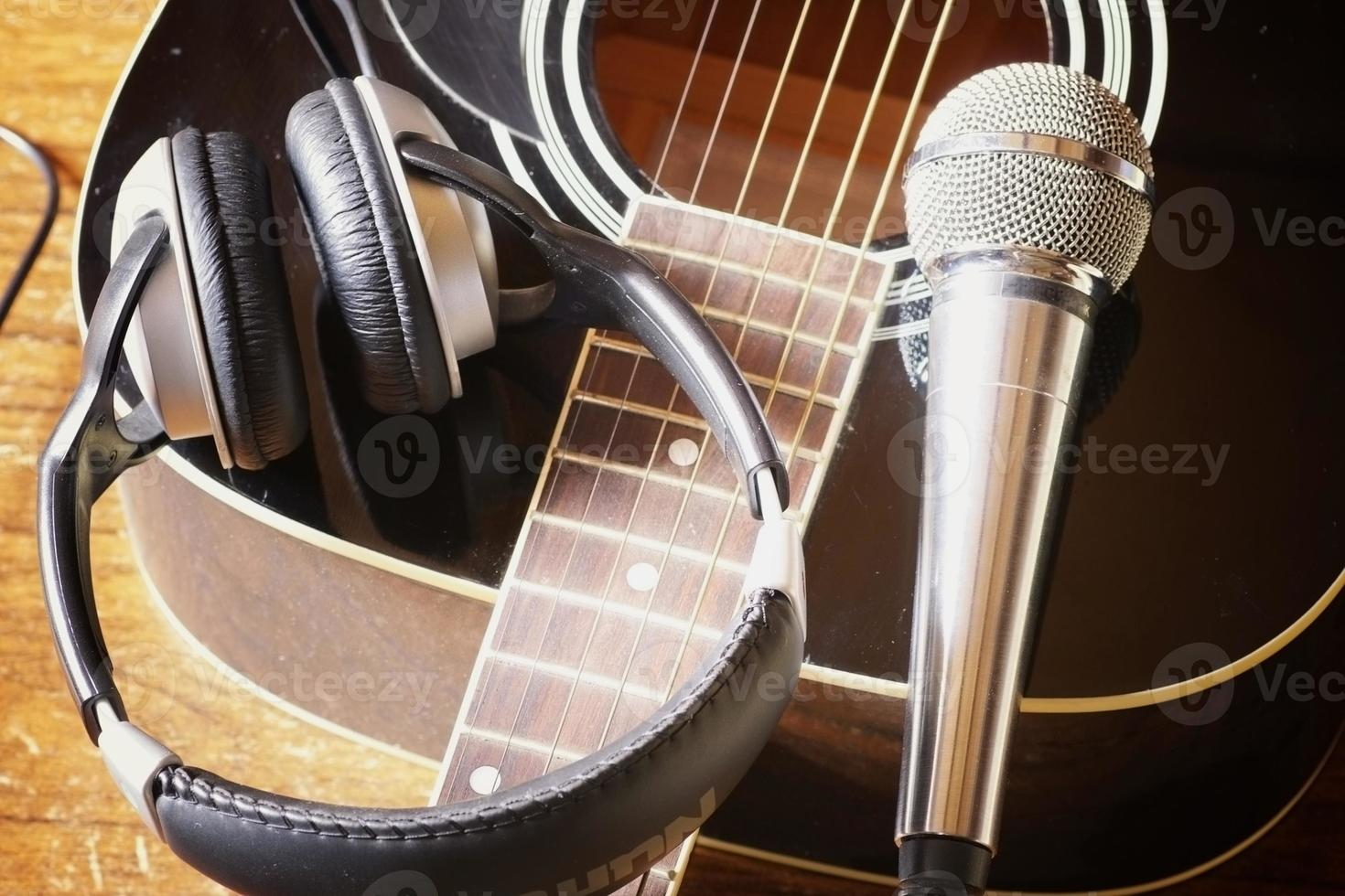 Instrumentengitarrenkopfhörer und Mikrofon foto