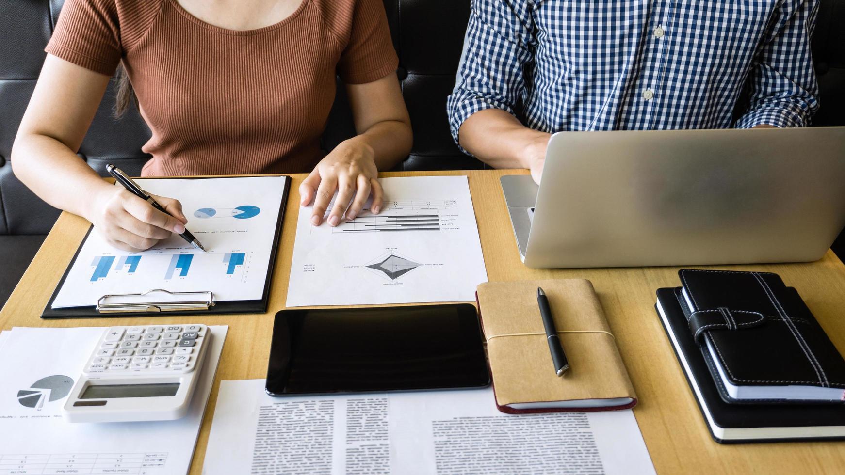 Geschäftspartner diskutieren ein Projekt foto