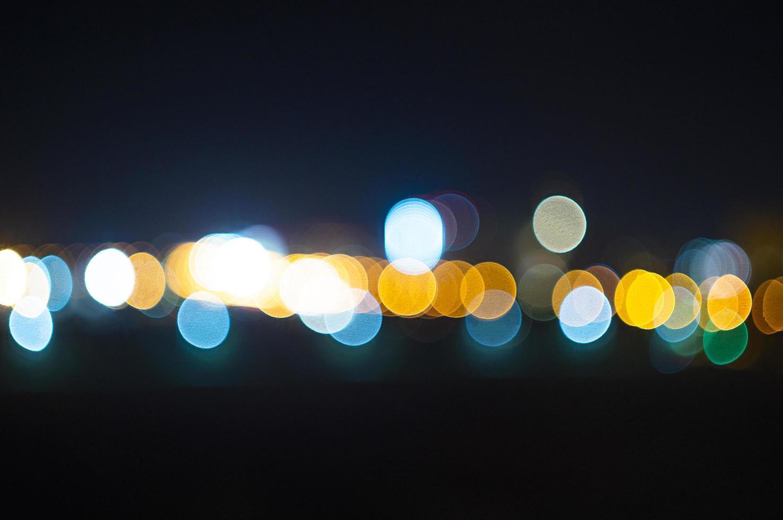 defokussierte Lichtpunkte auf dunklem Hintergrund foto