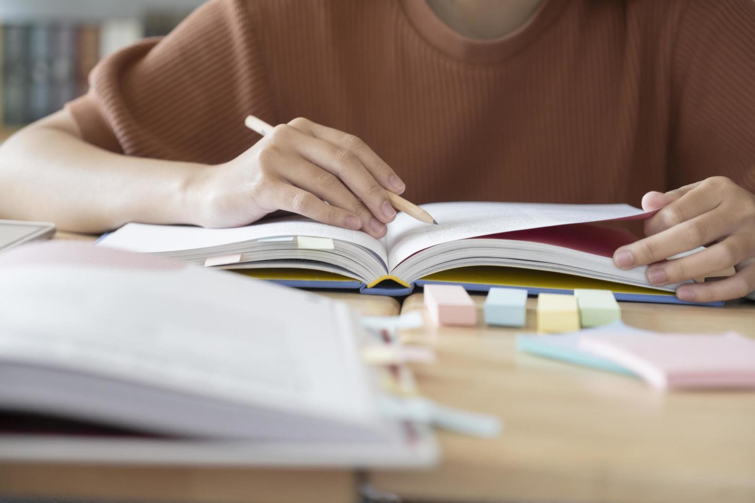 Nahaufnahme des Studentenstudiums foto