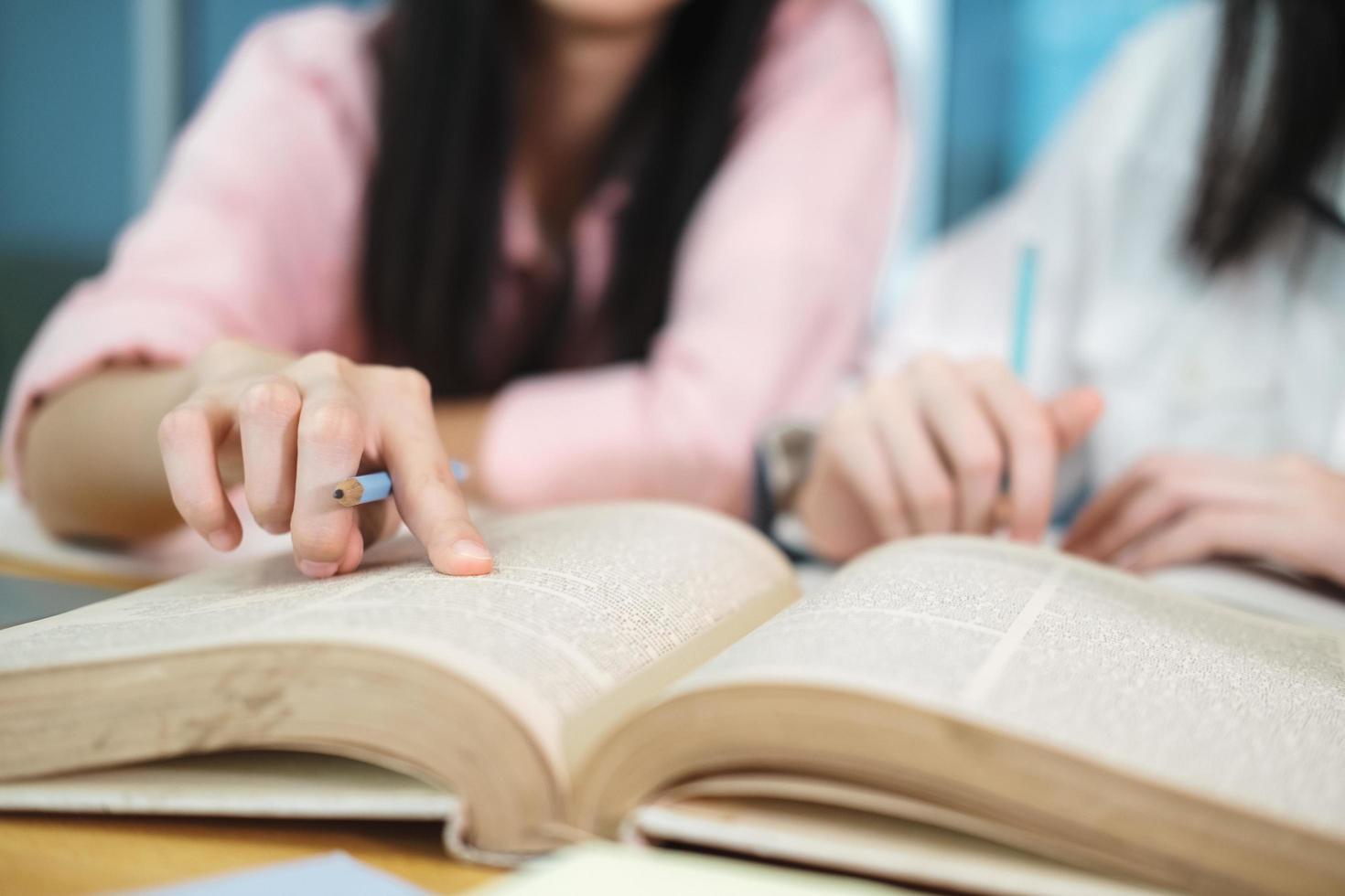 zwei Studenten lernen zusammen foto