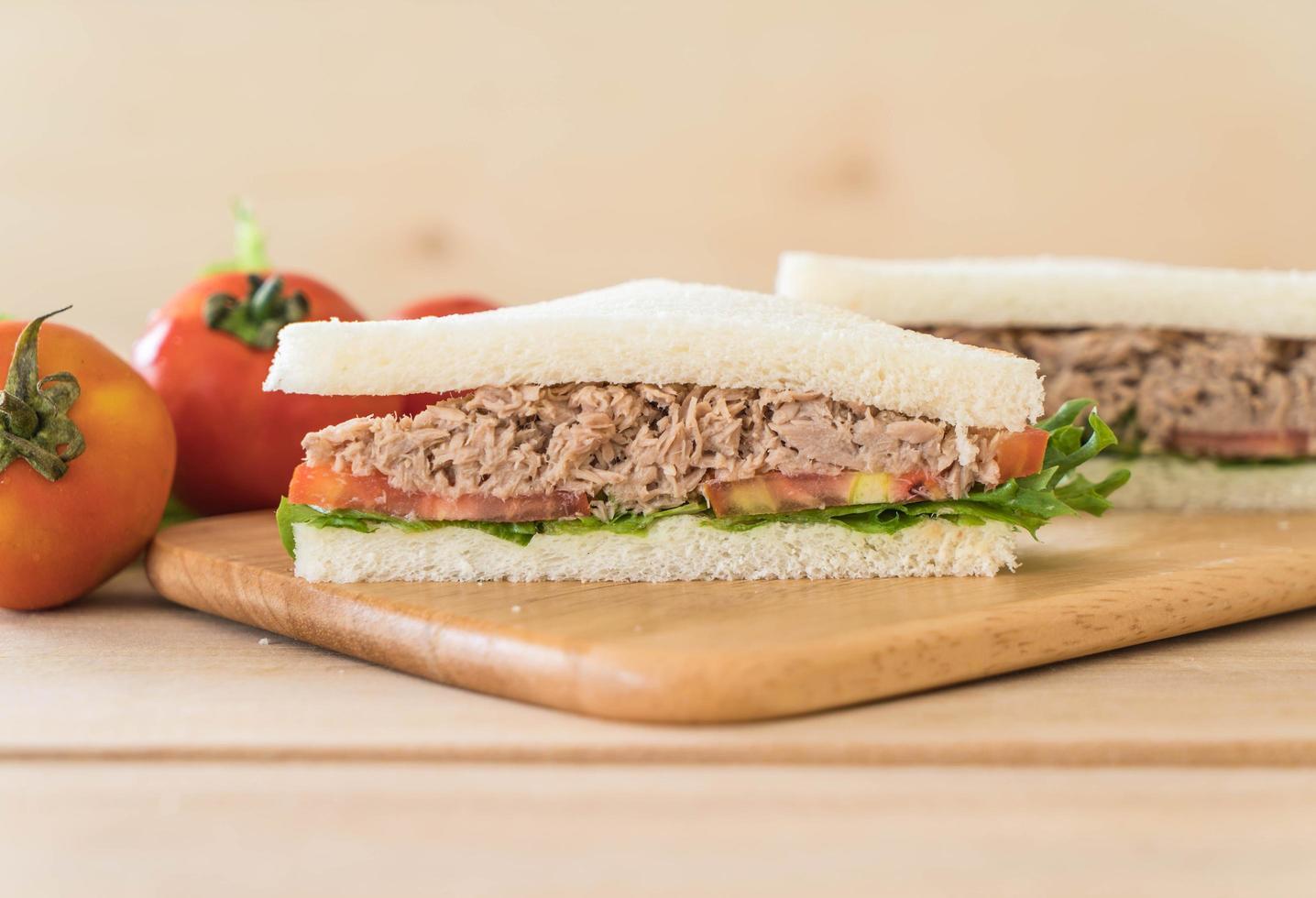 Nahaufnahme eines Thunfischsandwiches auf einem Schneidebrett foto
