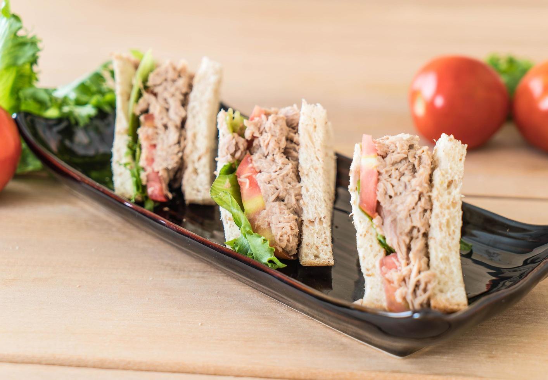 Nahaufnahme eines Thunfischsandwiches auf einem Teller foto