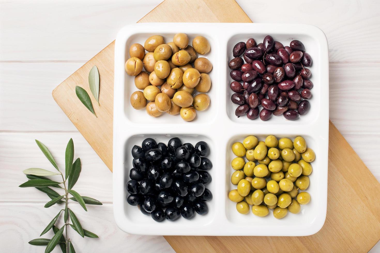 Draufsicht von Oliven Vorspeisen auf einem Teller foto