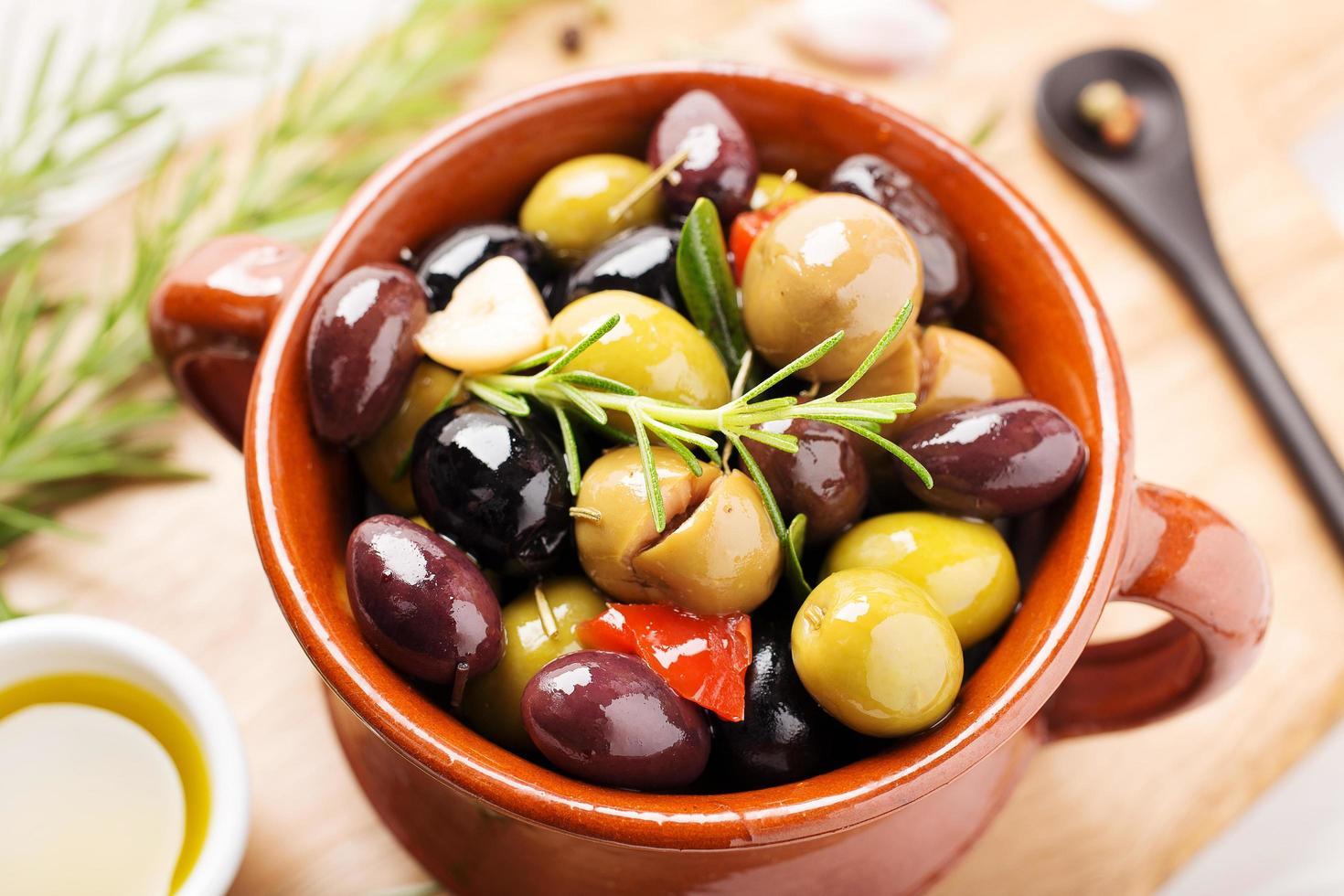 marinierte Oliven in einer Schüssel foto