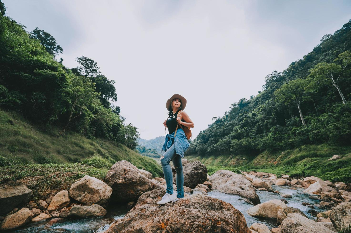 Reisende Frau genießen Aussicht foto