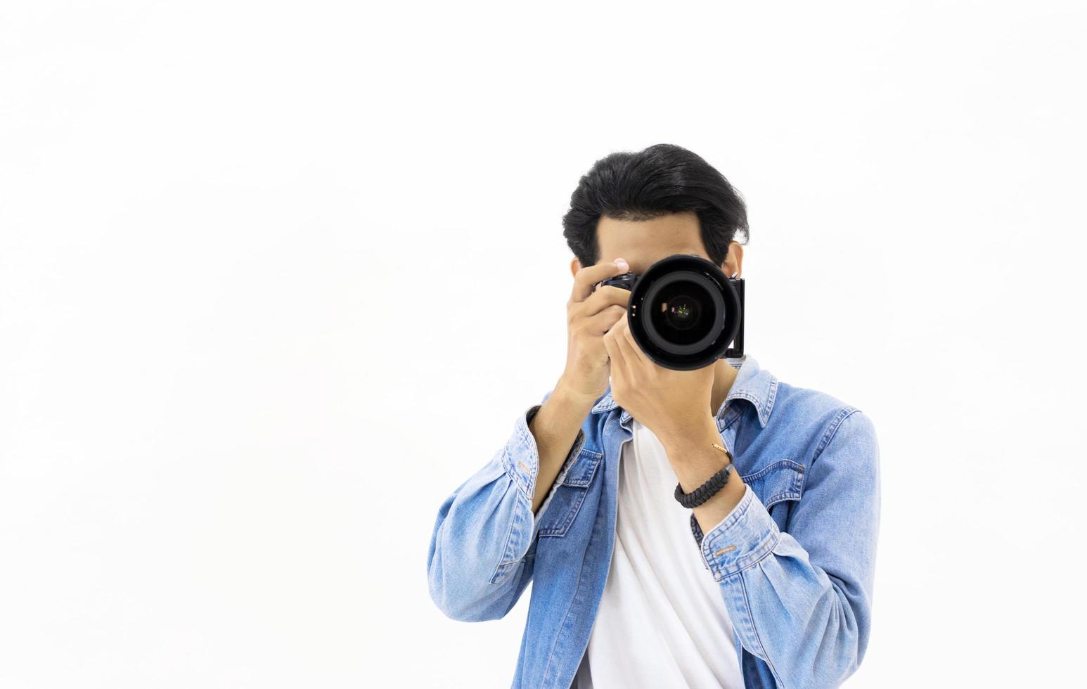 männlicher Fotograf vor weißem Hintergrund foto